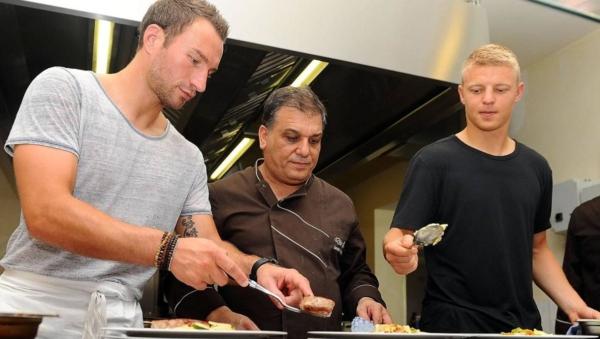 """Vor der Saison kochten die OFC-Profis Daniel Endres (links) und Maik Vetter (rechts) im Restaurant von Christoforo Amodeo (""""Die Zwei"""") für Fans. Vetter geht inzwischen neben dem Fußball tatsächlich einer weiteren beruflichen Tätigkeit nach.© Hübner"""
