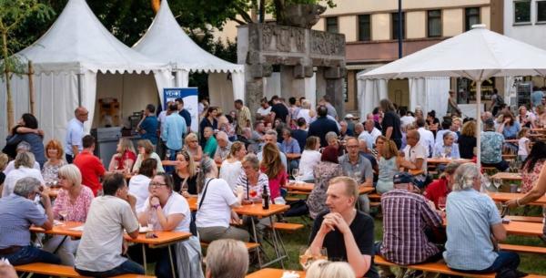 Bekannte und Freunde treffen und italienische Köstlichkeiten genießen: Der Platz vor dem Ledermuseum gehörte am Wochenende der zweiten Auflage des Festival Culinario. Die Örtlichkeit könnte mehr Feste dieser Art vertragen. ©Prebezac